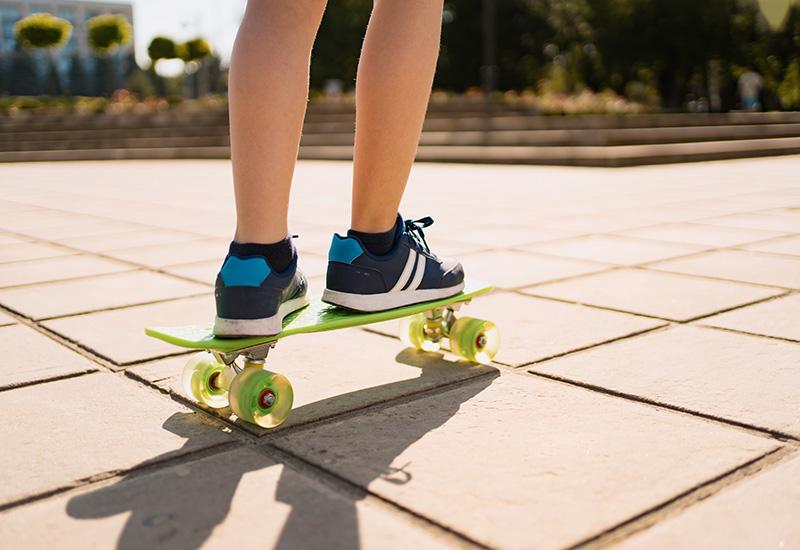 Cerca de los pies de patinador mientras patina en el parque