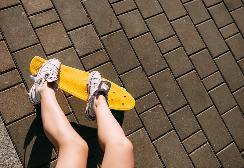 Chica con penique patineta shortboard.