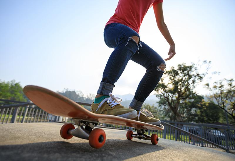 Mujer skateboarder skateboarding en skatepark