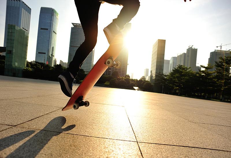 Skateboarder skateboarding en la Ciudad Amanecer
