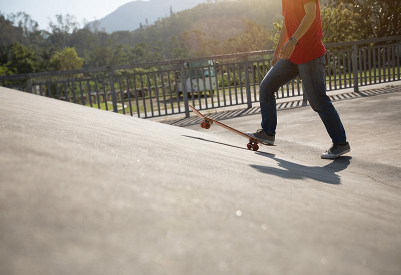 Skateboarder skateboarding en skatepark