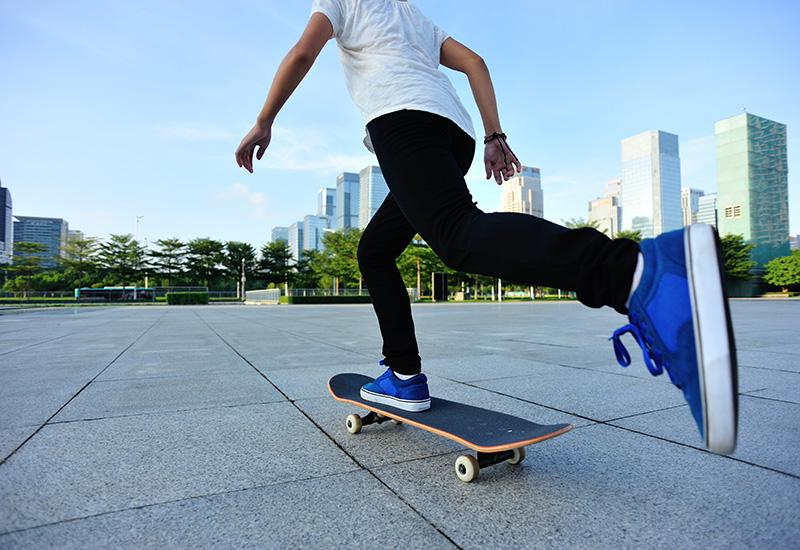 skateboarder skateboarding en la Ciudad